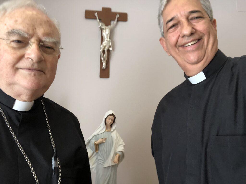 El Padre Francisco Verar habla con Mons. Hoser en Medjugorje