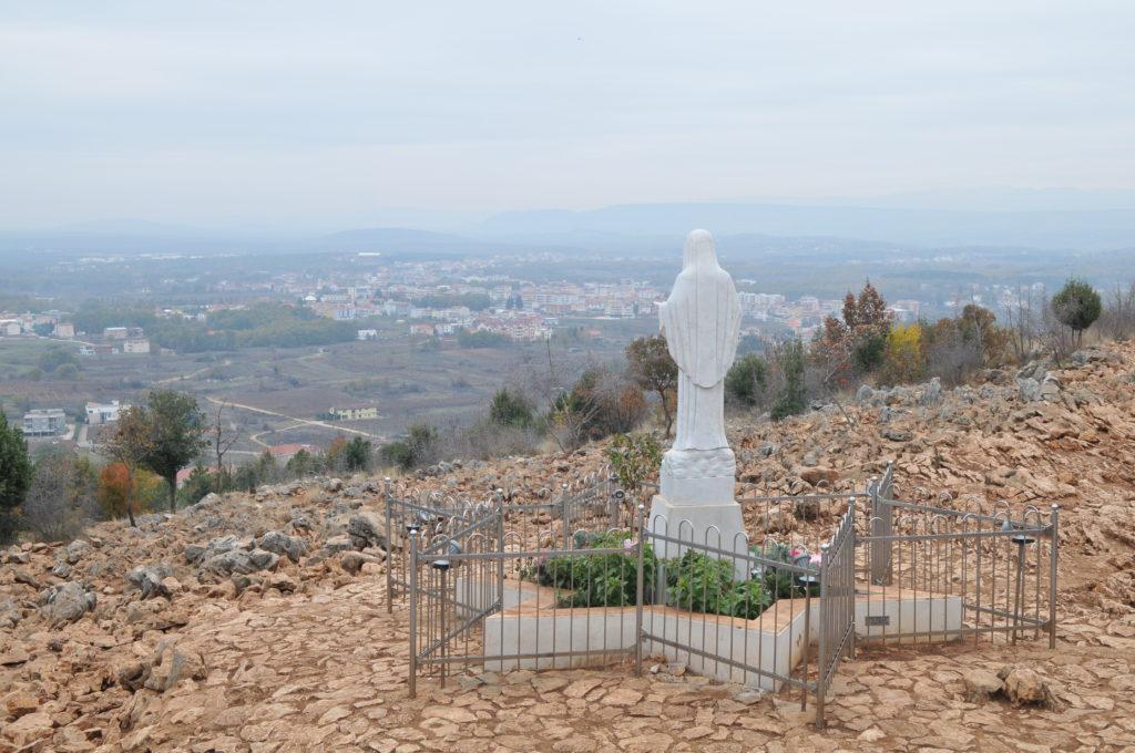 Mensaje de la Virgen María Reina de la Paz del 21 de junio 2019  por medio de Iván, Colina de las Apariciones 22 horas